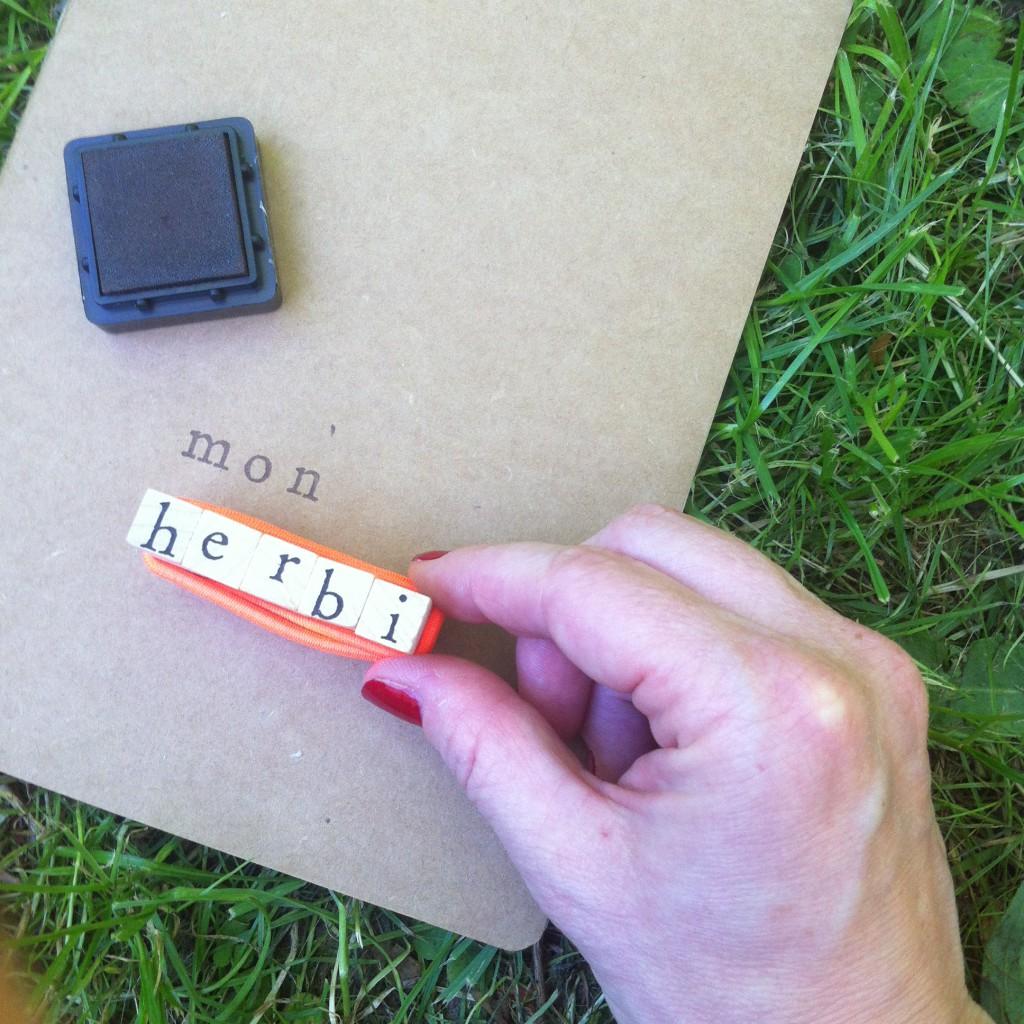 Ecrire un message avec des tampons encreurs des lettes de l'aalphabet