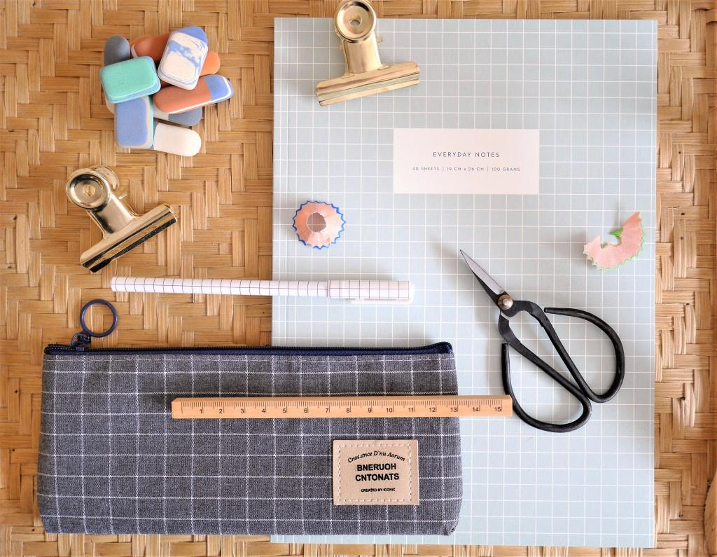 Ciseaux métal vintage, trousse, règle bois, gommes, pinces dorées, beau cahier bullet journal