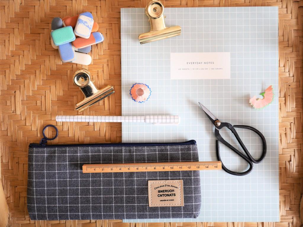 Jolie trousse gris anthracite, mini gommes à l'ancienne, pinces dorées, stylo mignon, pour le bureau